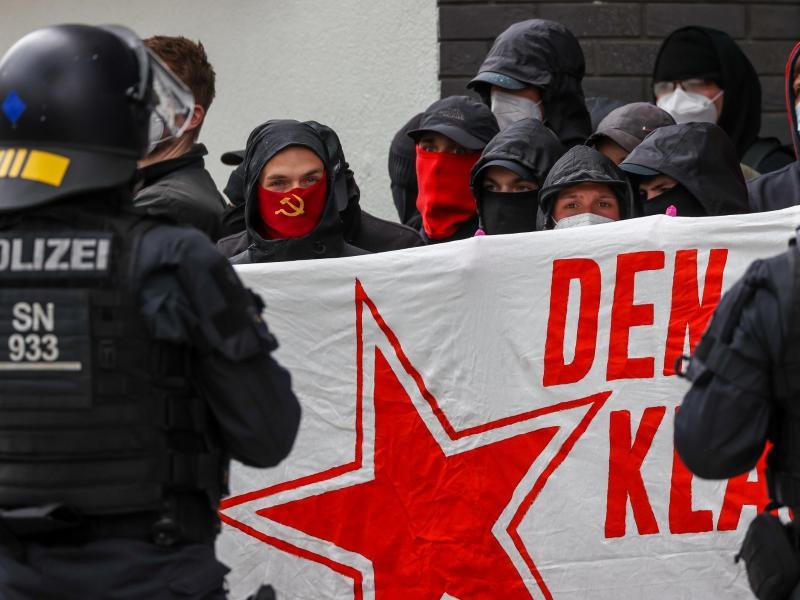 In Leipzig kesseln Polizisten Teilnehmer einer linken Demonstration ein. Foto: Jan Woitas/dpa-Zentralbild/dpa