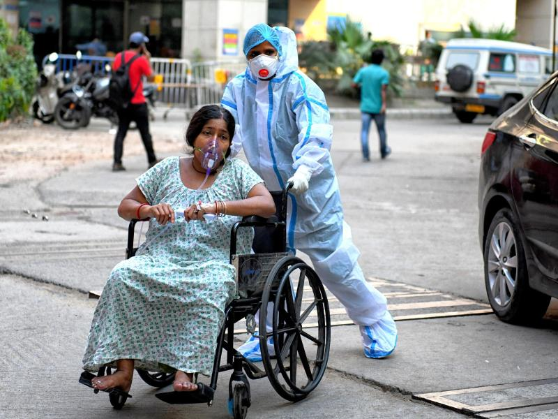 Eine mit dem Coronavirus infizierte Patientin wird in das Kolkata Medical College Hospital eingeliefert. Foto: Avishek Das/SOPA Images via ZUMA Wire/dpa