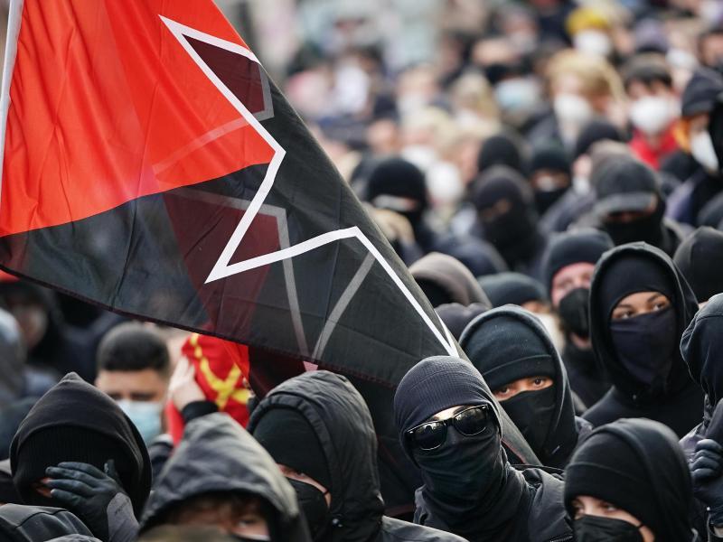 Teilnehmer der «Demonstration zum revolutionären 1. Mai» in Berlin. Foto: Michael Kappeler/dpa