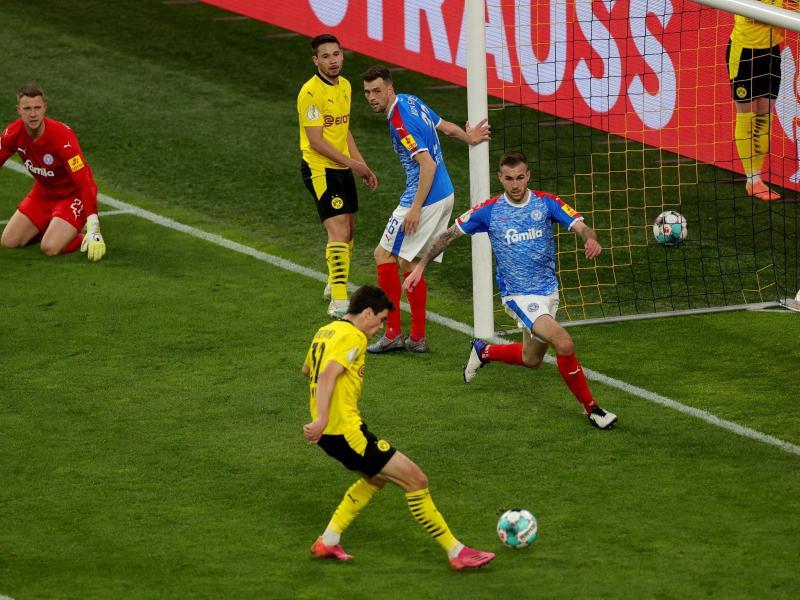 Giovanni Reyna schiebt den Ball zum zwischenzeitlichen 2:0 ein. Foto: Friedemann Vogel/epa Pool/dpa