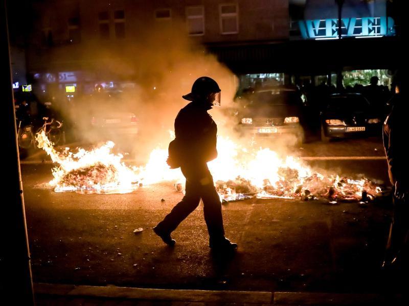 In Berlin wurde eine Demo abgebrochen, nachdem der Versammlungsleiter selbst aus der Menge angegriffen wurde. Foto: Christoph Soeder/dpa