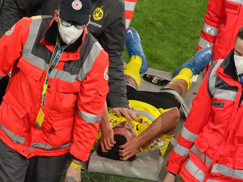 Dortmunds Mateu Morey musste auf einer Trage vom Platz gebracht werden. Foto: Friedemann Vogel/epa Pool/dpa