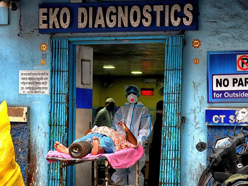 Ein Corona-Patient wird in Kolkata in ein Diagnose-Zentrum gebracht. Foto: Avishek Das/SOPA Images via ZUMA Wire/dpa