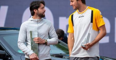 Nikolos Bassilaschwili (l) und Jan-Lennard Struff stehen bei der Siegerehrung zusammen. Foto: Sven Hoppe/dpa