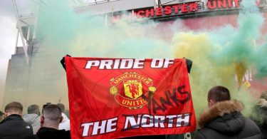 Fans von Manchester United protestieren vor dem Old Trafford. Später haben Hunderte United-Fans den Platz im Stadion gestürmt. Foto: Barrington Coombs/PA Wire/dpa