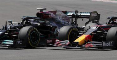 Lewis Hamilton (l) im Duell mit Max Verstappen. Foto: Manu Fernandez/AP/dpa