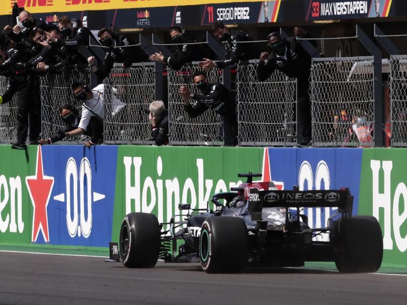 Lewis Hamilton holte sich den Sieg und baute seine Führung in der Gesamtwertung aus. Foto: Manu Fernandez/AP/dpa