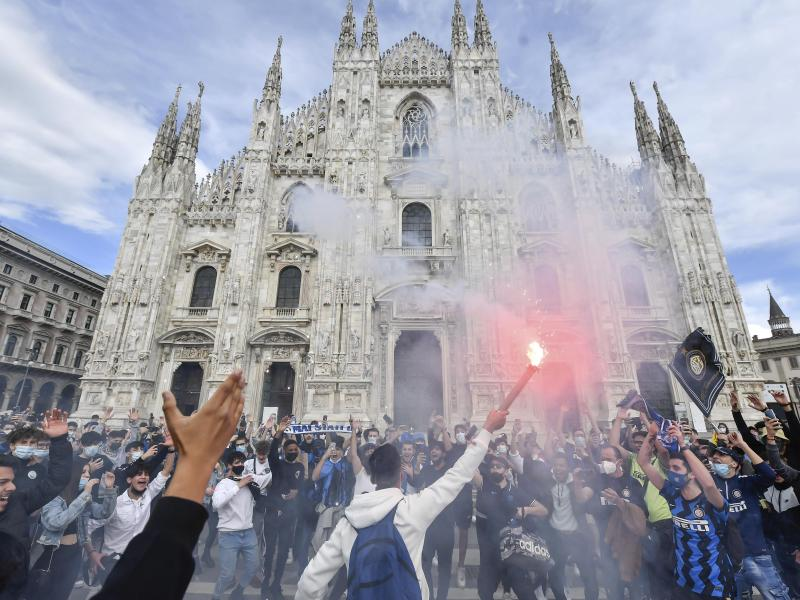 Inter-Fans feiern auf der Piazza Duomo vor dem Mailänder Dom. Foto: Claudio Furlan/LaPresse/AP/dpa