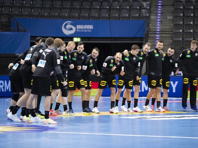 Die deutsche Mannschaft macht sich vor dem Spiel heiß. Foto: Tom Weller/dpa