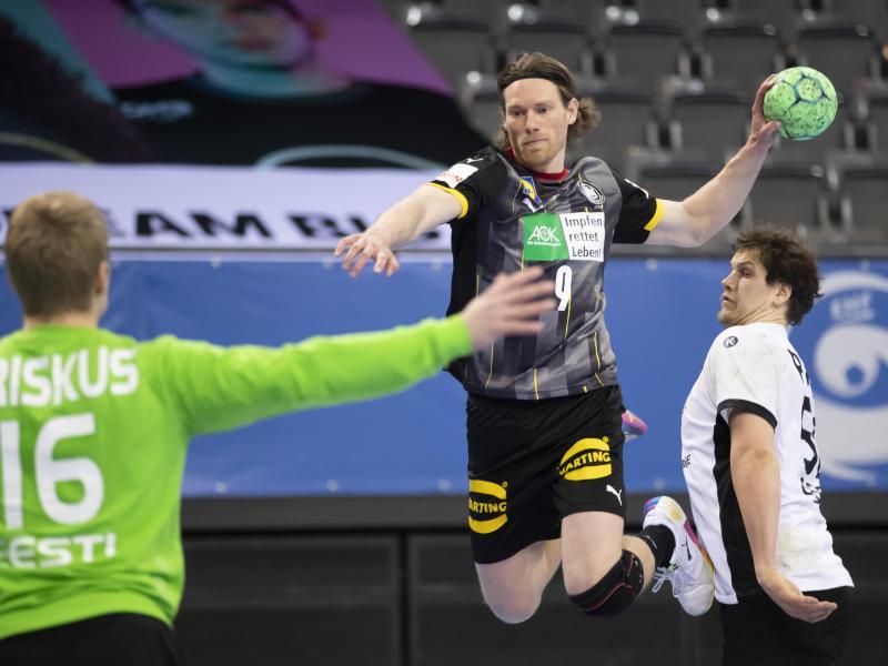 Deutschlands Tobias Reichmann (M) wirft den Ball aufs Tor. Foto: Tom Weller/dpa
