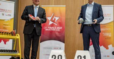 Michael Müller (r) und Armin Laschet bei der bei der Präsentation des zweiten Finals-Projekts nach 2019. Foto: Michael Kappeler/dpa