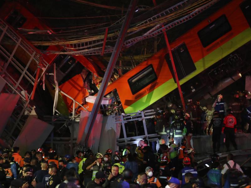 Rettungskräfte stehen am Unfallort, nachdem eine U-Bahnbrücke zum Teil eingestürzt ist. Foto: Valente Rosas/El Universal via ZUMA Wire/dpa