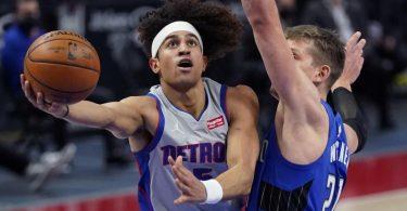 Moritz Wagner (r) verteidigt gegen Frank Jackson von den Detroit Pistons. Foto: Carlos Osorio/AP/dpa