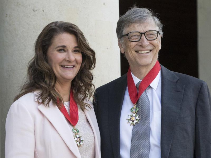 Bill und Melinda Gates 2017 im Elysee-Palast, nachdem sie mit dem Verdienstorden der Ehrenlegion ausgezeichnet wurden. Foto: Kamil Zihnioglu/AP POOL/dpa