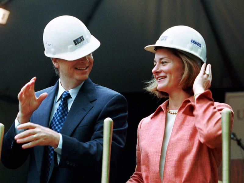 Bill und Melinda Gates bei einer Grundsteinlegung in Seattle 2001. Foto: Andy Rogers/AP/dpa