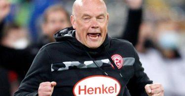 Trainer Uwe Rösler feierte mit Fortuna Düsseldorf einen emotionalen Heimsieg. Foto: Roland Weihrauch/dpa
