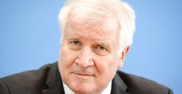 Horst Seehofer (CSU), Bundesminister des Innern, für Bau und Heimat, stellt in der Bundespressekonferenz die Fallzahlen politisch motivierter Kriminalität für das Jahr 2020 vor. Foto: Kay Nietfeld/dpa