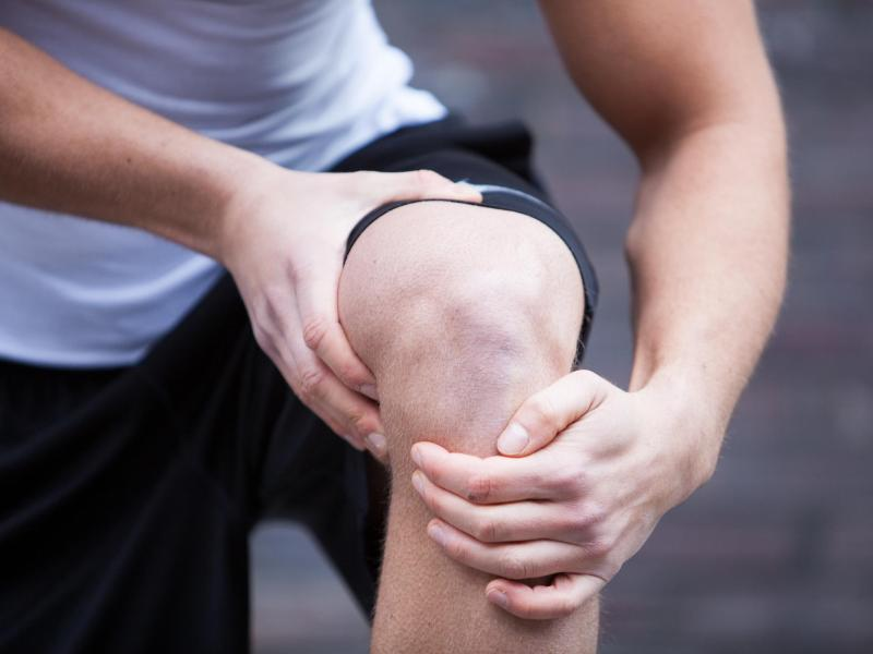 Es kann schnell gehen: Ein falscher Tritt beim Joggen und plötzlich schmerzt das Knie. Foto: Christin Klose/dpa-tmn