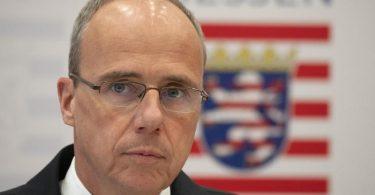 Der hessische Innenminister Peter Beuth gibt ein Statement zu den Ermittlungen im Fall «NSU 2.0» ab. Foto: Boris Roessler/dpa