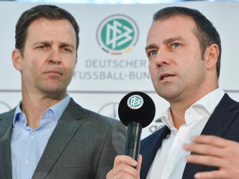 Kennen und schätzen sich: DFB-Direktor Oliver Bierhoff und Trainer Hansi Flick. Foto: picture alliance / Arne Dedert/dpa
