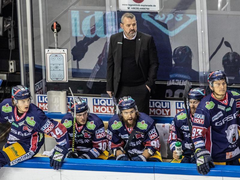 Trainer Serge Aubin ist mit den Eisbären Berlin gegen die Grizzlys Wolfsburg im zweiten Spiel gefordert. Foto: Andreas Gora/dpa