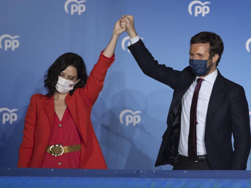 Isabel Diaz Ayuso (l) und Pablo Casado von der konservativen Volkspartei feiern ihren Wahlsieg. Foto: Bernat Armangue/AP/dpa