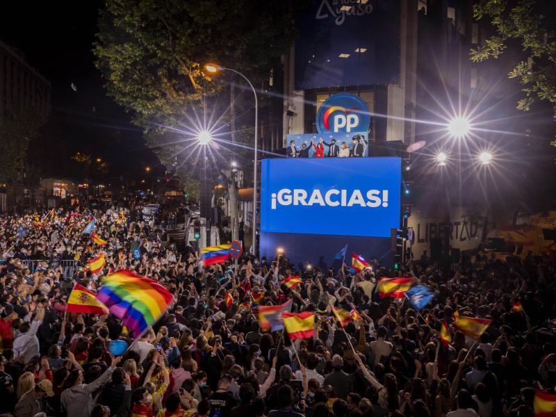Jubel inMadrid: Isabel Diaz Ayuso (oben, 3.v.l.) winkt ihren Anhängern zu. Foto: Bernat Armangue/AP/dpa