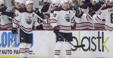 Leon Draisaitl (M.r.) traf doppelt für die Edmonton Oilers. Foto: Darryl Dyck/The Canadian Press/AP/dpa