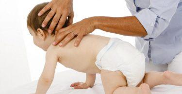 Eine Osteopathin behandelt ein Baby. Foto: Verband der Osteopathen Deutschland/dpa