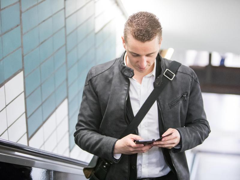 Der ständige Blick nach unten aufs Smartphone sorgt auf Dauer für einen verspannten Nacken. Foto: Christin Klose/dpa-tmn