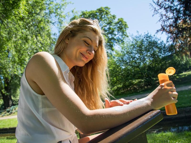 Nicht zu alt, nicht zu wenig: Die zwei Regeln sollte man sich mit Blick auf Sonnencreme merken. Foto: Christin Klose/dpa-tmn