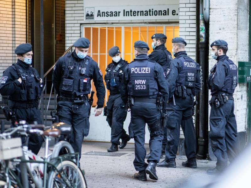 Mehr als 1000 Beamte waren im Einsatz. Foto: Marcel Kusch/dpa