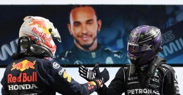 Der Brite Lewis Hamilton (r) vom Team Mercedes und der Niederländer Max Verstappen vom Team Red Bull Racing klatschen sich ab. Foto: Gabriel Bouys/Pool AFP/AP/dpa