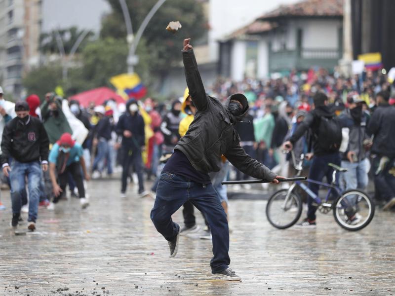 Demonstranten protestieren in Kolumbien weiter. Foto: Fernando Vergara/AP/dpa