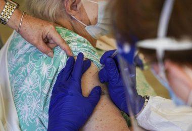 Für den Kampf zur weltweiten Eindämmung der Pandemie unterstützt die US-Regierung die Aussetzung von Patenten für die Corona-Impfstoffe. Foto: Martha Asencio Rhine/Tampa Bay Times/AP/dpa