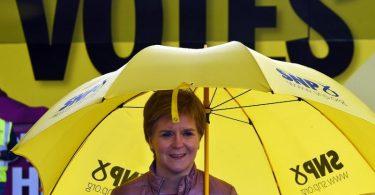 Nicola Sturgeon, Erste Ministerin von Schottland und Vorsitzende der Schottischen Nationalpartei (SNP), macht Wahlkampf für die schottischen Parlamentswahlen. Foto: Andy Buchanan/PA Wire/dpa