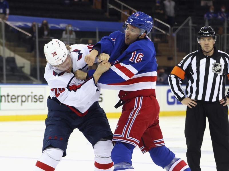 Ryan Strome (r) von den New York Rangers prügelt sich mit Lars Eller von den Washington Capitals. Foto: Bruce Bennett/POOL Getty Images via AP/dpa