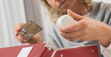 Beim Ausmisten der Hausapotheke hilft ein Blick aufs Verfallsdatum der Medikamente. Foto: Christin Klose/dpa-tmn