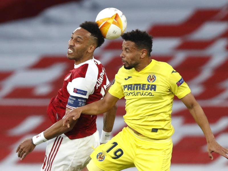 Arsenals Pierre-Emerick Aubameyang (l) und Villareals Francis Coquelin im Zweikampf um den Ball. Foto: Alastair Grant/AP/dpa