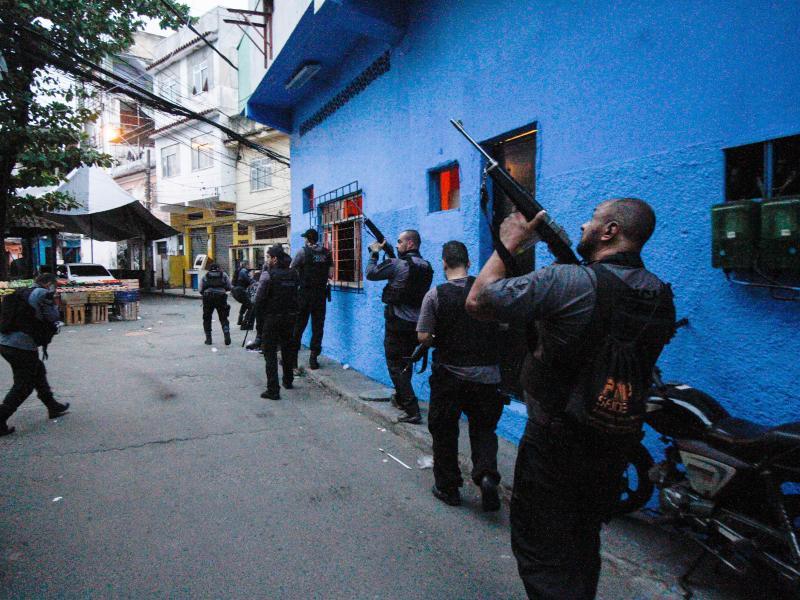 Polizisten führen einen Einsatz gegen Banden in der Favela Jacarezinho durch. Foto: Jose Lucena/TheNEWS2 via ZUMA Wire/dpa