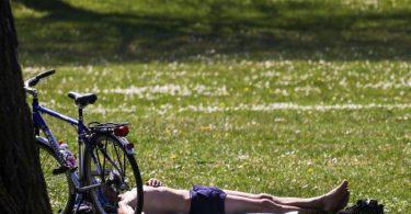 Die Sonne strahlt. Die Temperaturen steigen. Und das nachdem der April so richtig kühl war. Da fragt man sich: Kann Sonnenbaden jetzt gefährlich werden?. Foto: Christoph Schmidt/dpa