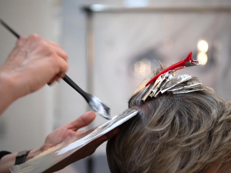 Geimpfte und Genesene können nun zum Beispiel wieder ohne negativen Corona-Test zum Friseur gehen. Foto: Symbolbild Friseur/dpa