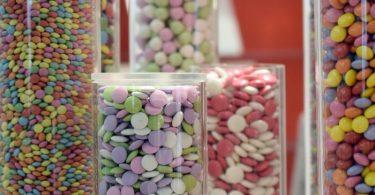 Viele Süßigkeiten enthalten Farbstoffe. Hierfür zugelassen ist bisher auch E171, eine Zutat, die Lebensmittel weiß färbt. Foto: Henning Kaiser/dpa