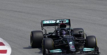 Lewis Hamilton greift in Barcelona die Pole Position an. Foto: Emilio Morenatti/AP/dpa