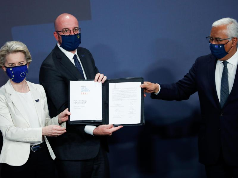 EU-Kommissionspräsidentin Ursula von der Leyen, EU-Ratspräsident Charles Michel (M) und Portugals Ministerpräsident AntonioCosta präsentieren in Porto das Abschlussdokument des Sozialgipfels. Foto: Francisco Seco/Pool AP/dpa