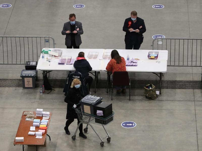 Wahlhelfer zählen in Aberdeen Stimmzettel aus. Foto: Andrew Milligan/PA Wire/dpa