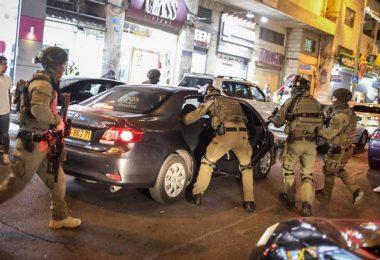 Israelische Sicherheitskräfte durchsuchen ein Auto während einer Demonstration gegen den geplanten Räumungsprozess im Stadtteil Scheich Dscharrah. Foto: Ilia Yefimovich/dpa