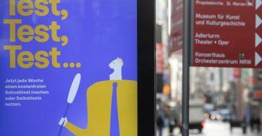 """""""Test,Test,Test...."""" steht auf einem Werbebanner des Bundesgesundheitsministeriums auf einem Display in der Dortmunder Innenstadt. Foto: Bernd Thissen/dpa"""