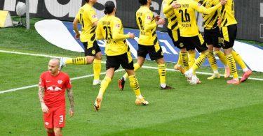 Dortmunds Spieler jubeln nach dem Tor zum 1:0 gegen RBLeipzig. Foto: Martin Meissner/dpa
