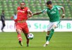 Werders Davie Selke (r) kämpft gegen Leverkusens Jonathan Tah um den Ball. Foto: Carmen Jaspersen/dpa